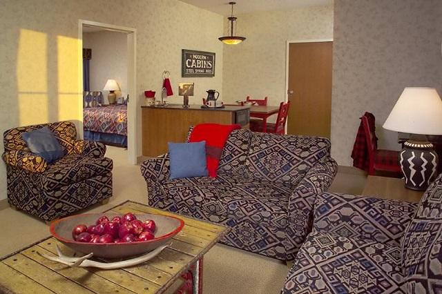 Cách bố trí trong khách sạn Wildwood Lodge Clive mang đến cảm giác gần gũi